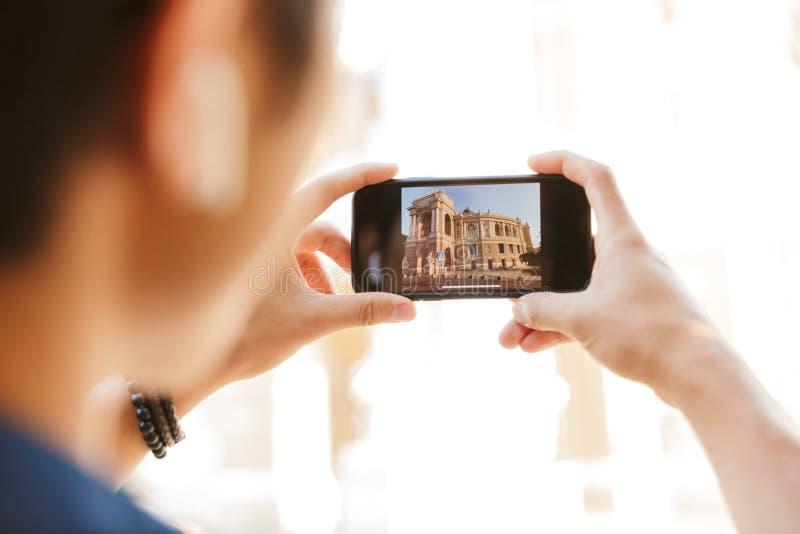 Bebouwd beeld van Aziatische mannelijke student die in oogglazen foto maken royalty-vrije stock afbeelding