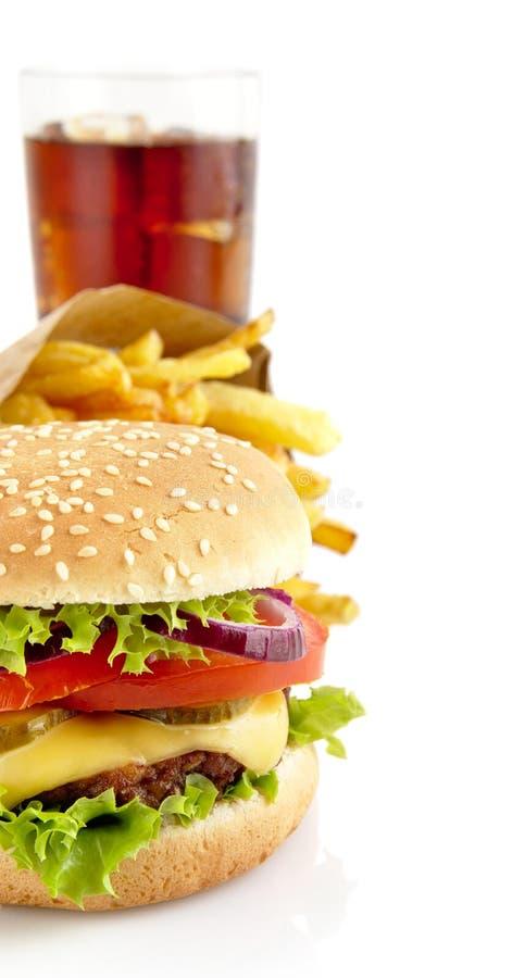 Bebouwd beeld van cheeseburger, frieten, glas kola isolat stock afbeelding