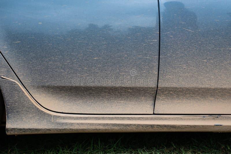 Bebouwd beeld van een modderige auto bij de zijdeur royalty-vrije stock foto