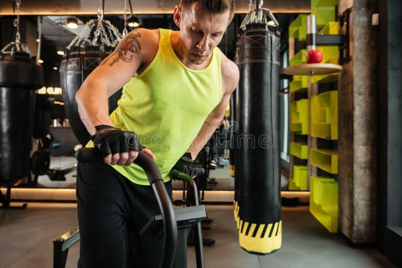 Bebouwd beeld van een spier jonge sportman die cardiooefeningen doen stock fotografie