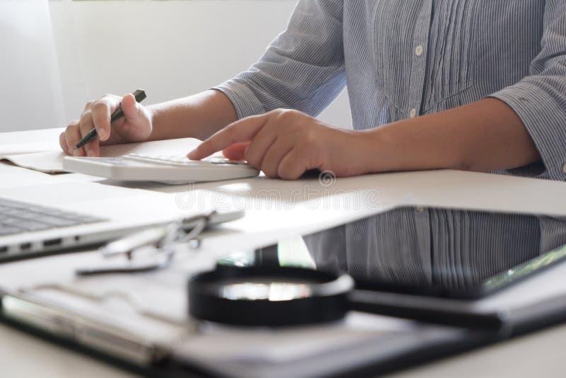 Bebouwd beeld van professionele onderneemster die op haar kantoor via laptop jonge vrouwelijke manager werken die draagbaar compu royalty-vrije stock foto
