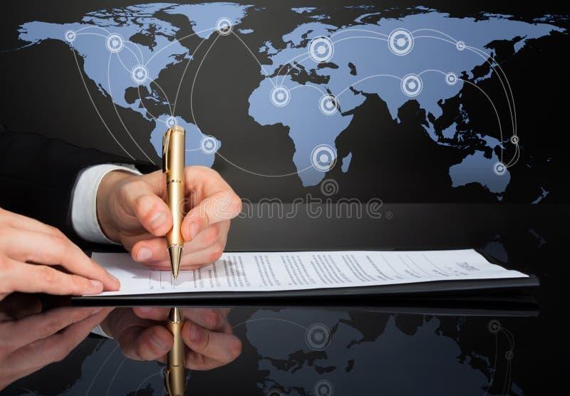Bebouwd beeld van zakenman die contract ondertekenen stock afbeelding