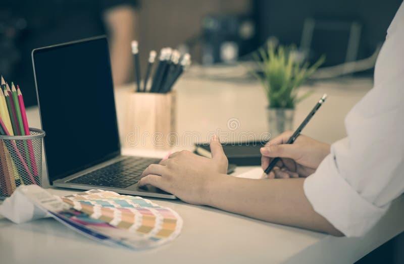 Bebouwd beeld van zakenman het werken op kantoor stock fotografie