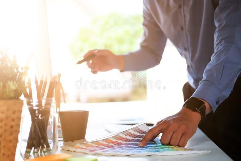 Bebouwd geschoten Grafisch ontwerp en kleurenmonsters en pennen op een bureau het creatieve kunstenaar project van de planningskl royalty-vrije stock foto's
