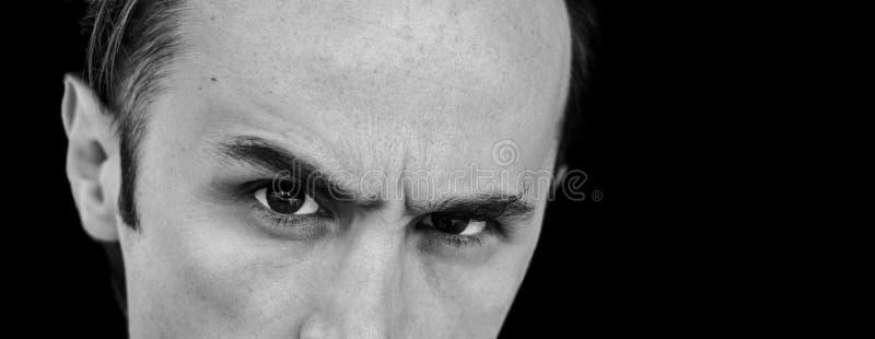 Bebouwd portret van de jonge knappe mens in zwart-wit royalty-vrije stock foto's