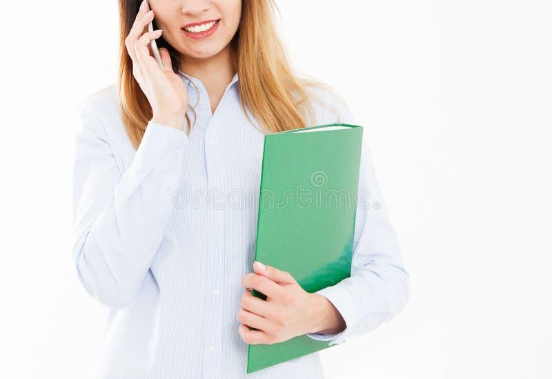 Bebouwd portret van het bedrijfsdievrouw spreken op van de celtelefoon en greep omslag of documentgeval op witte achtergrond word stock foto's