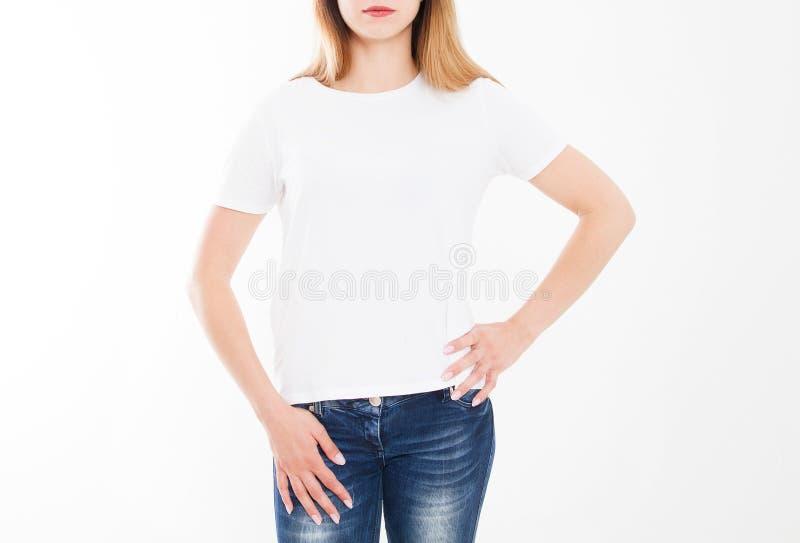 Bebouwd portret van jong meisje in t-shirt T-shirtontwerp, mensenconcept - de close-up van vrouw in wit overhemd, ziet op geïsole stock fotografie