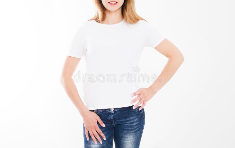 Bebouwd portret van jong meisje in t-shirt T-shirtontwerp, mensenconcept - de close-up van vrouw in wit overhemd, ziet op geïsole stock afbeeldingen
