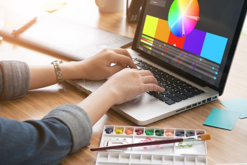 Bebouwd schot van een grafische ontwerper die computer in haar werk met behulp van royalty-vrije stock afbeelding