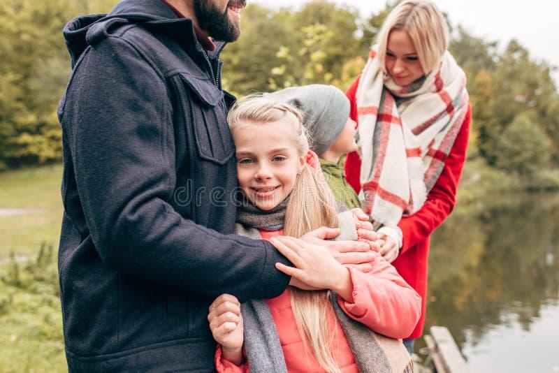 bebouwd schot van gelukkige jonge familie het besteden tijd royalty-vrije stock foto
