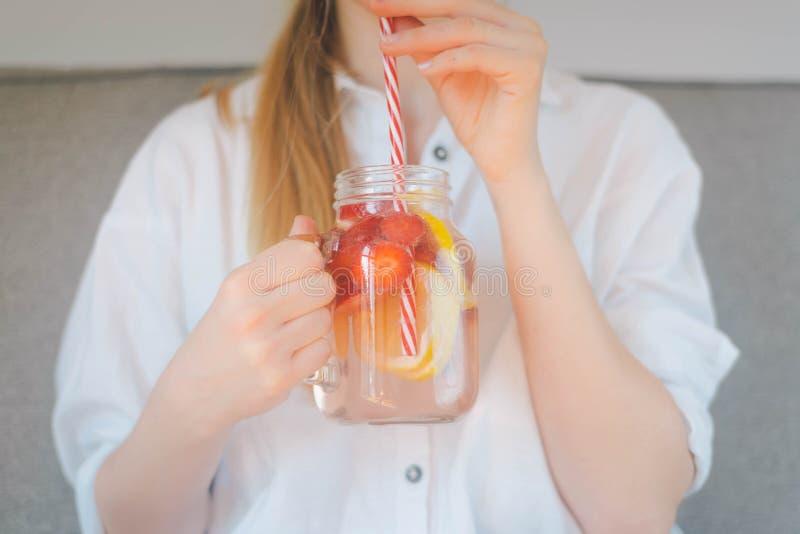 Bebouwd schot van jong vrouw het drinken gemaakt huis de verse zomer drin stock afbeeldingen