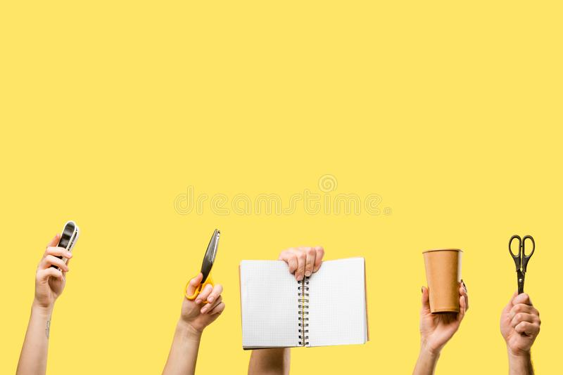 bebouwd schot van mannelijke en vrouwelijke handen hulpmiddelen, document kop en lege blocnote geïsoleerd houden die royalty-vrije stock afbeelding