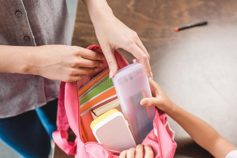 bebouwd schot van moeder en dochter die rugzak met schoollevering voorbereiden royalty-vrije stock afbeeldingen