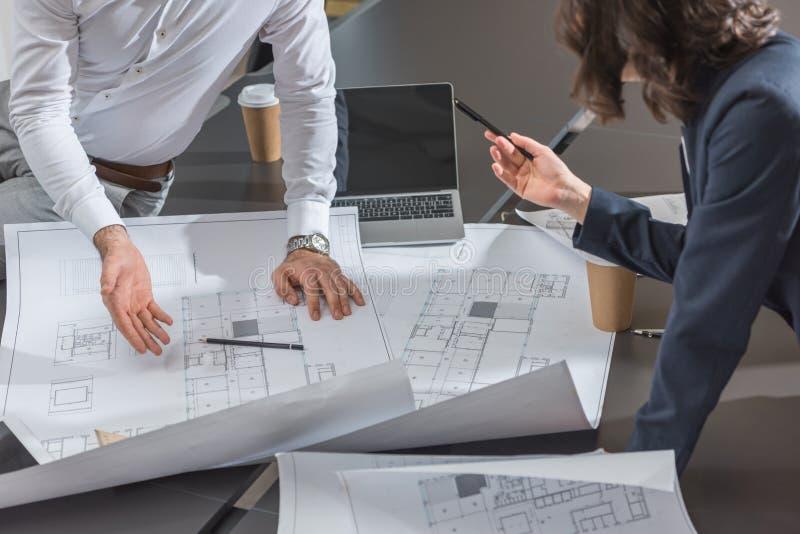 bebouwd schot van team van succesvolle architecten die de bouw bespreken stock afbeeldingen