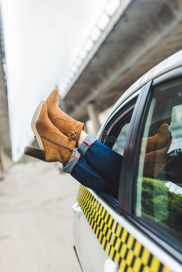 bebouwd schot van vrouwelijke benen in modieuze schoenen in open venster stock fotografie