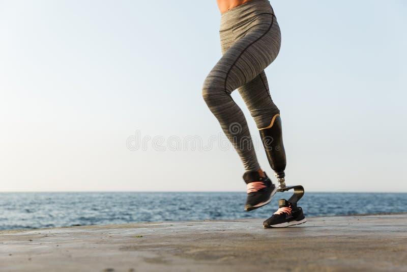 Bebouwd van jonge verbazende gehandicapte sportenvrouw stock foto