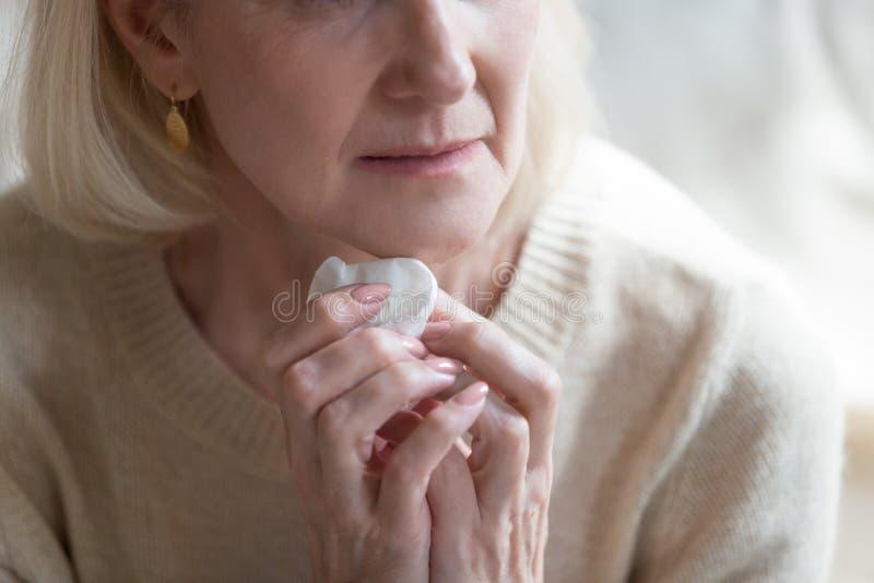 Bebouwde de holdingszakdoek van de beeld ongelukkige oude vrouw stock afbeelding