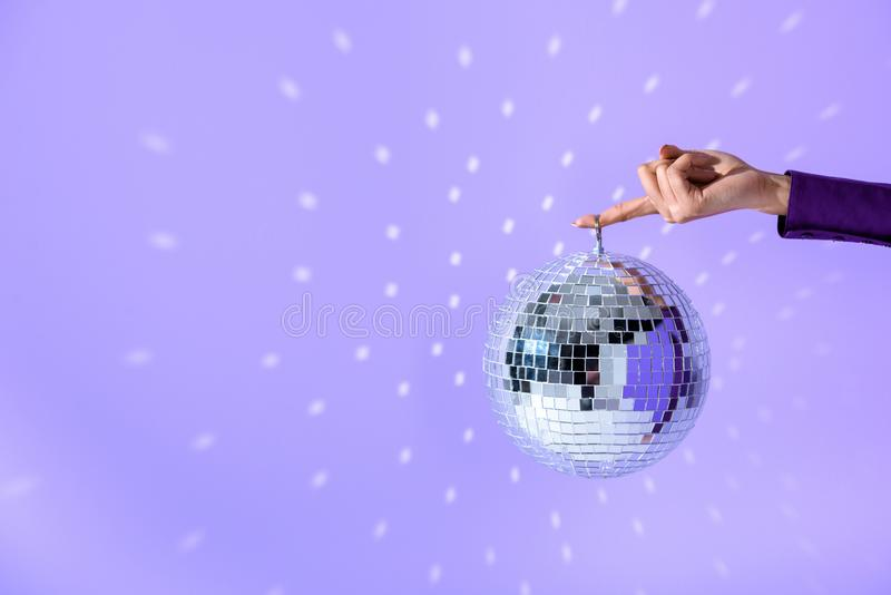 bebouwde die mening over de discobal van de meisjesholding voor partij, op ultraviolet wordt geïsoleerd stock foto