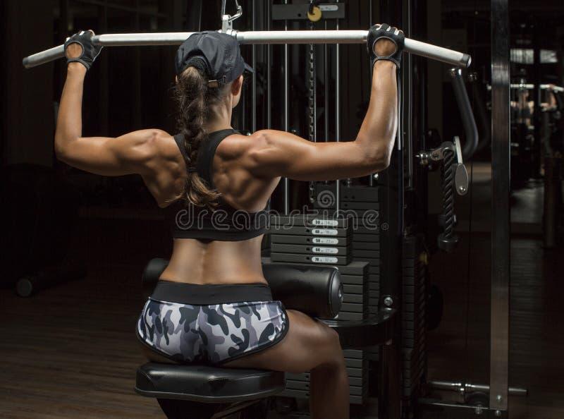 Bebouwde die studio van een overweldigend heet sportief lichaam van een geschiktheidsvrouw wordt geschoten stock fotografie