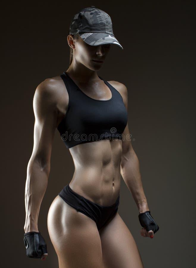 Bebouwde die studio van een overweldigend heet sportief lichaam van een geschiktheidsvrouw wordt geschoten royalty-vrije stock afbeeldingen