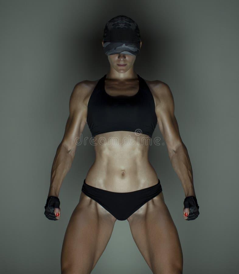 Bebouwde die studio van een overweldigend heet sportief lichaam van een geschiktheidsvrouw wordt geschoten stock afbeeldingen