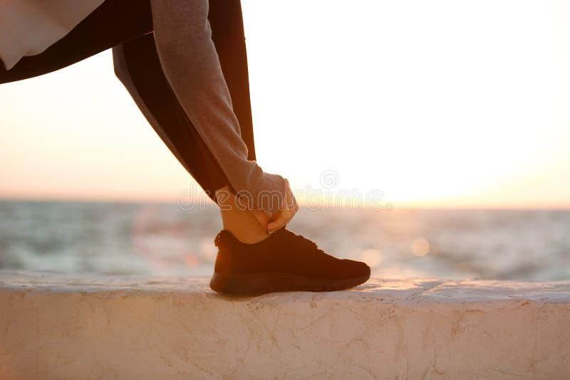 Bebouwde foto van de bindende schoenveter van de sportvrouw royalty-vrije stock foto's