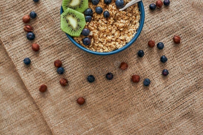 Bebouwde foto van mueslikom met vruchten Gezond snack of ontbijt in de ochtend stock afbeeldingen