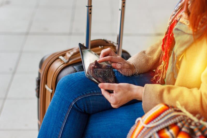 Bebouwde geschotene mening van de tablet van het de holdingsgadget van de vrouwentoerist met navigatietoepassing en geplande rout stock foto's