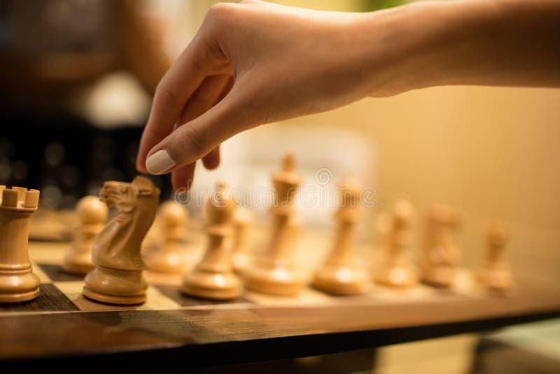Bebouwde hand van onderneemster het spelen schaak royalty-vrije stock foto's