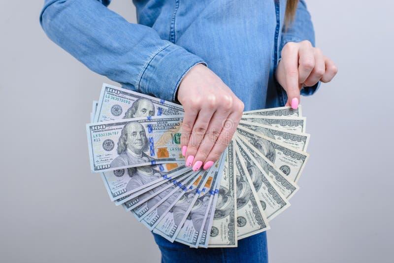 Bebouwde het close-up zijprofiel foto van zij haar dame die behandelend vertrouwelijke streek gebruikend holdingsstapel van geld  stock foto