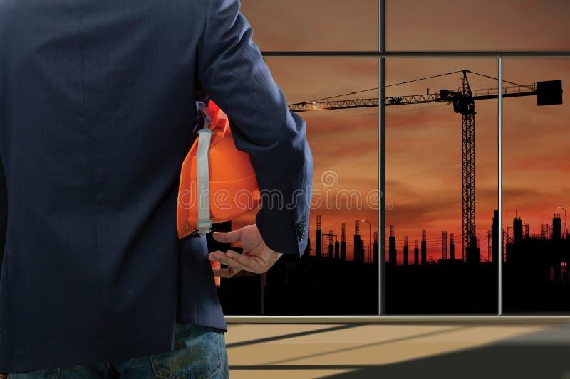 Download Bebouwde Mening Van Ingenieur Stock Foto - Afbeelding bestaande uit building, helm: 39118086