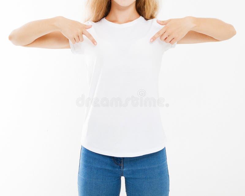 Bebouwde portret sexy vrouw in witte die t-shirt op witte achtergrond, spot omhoog voor desigh wordt geïsoleerd stock afbeeldingen