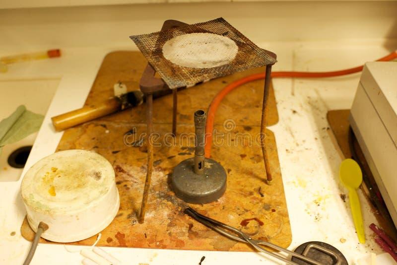 Bec Bunsen dans un laboratoire de chimie d'école photos stock
