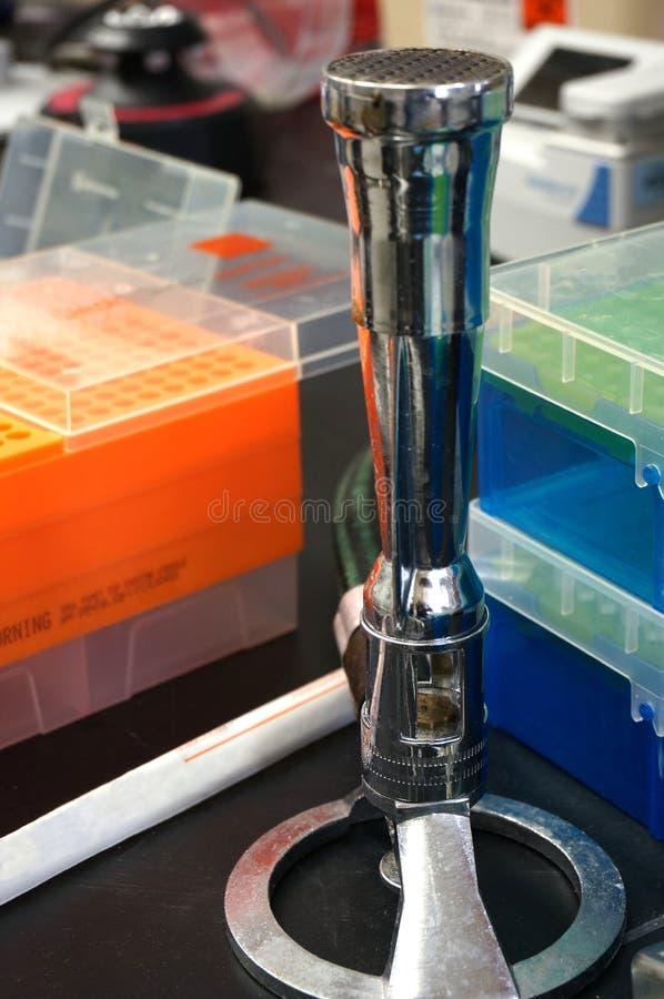 Bec Bunsen de gaz dans le laboratoire de recherche images stock