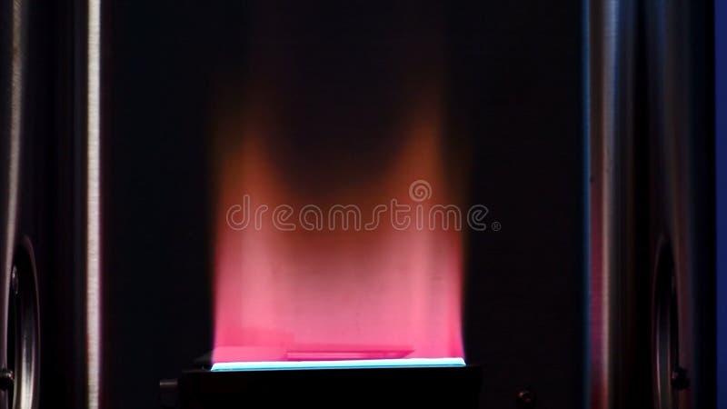 Bec Bunsen utilisé pour des réactions endothermiques Le laboratoire bunsen le brûleur, flamme simple de gaz utilisée pour la stér photo libre de droits