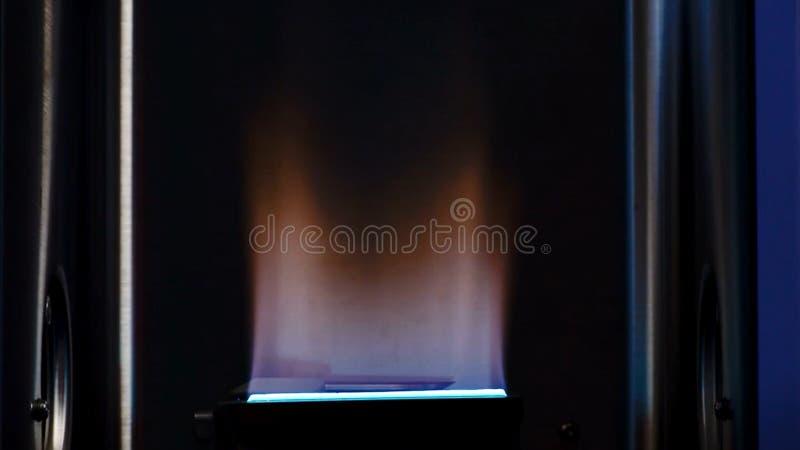 Bec Bunsen utilisé pour des réactions endothermiques Le laboratoire bunsen le brûleur, flamme simple de gaz utilisée pour la stér photos libres de droits