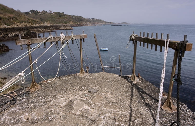 BEC du Nez, Pierrand met Meertroskabels en Ladder, Mening van Kust, Fermaine-Baai en Heilige Peter Port Fort, Guernsey. stock afbeelding