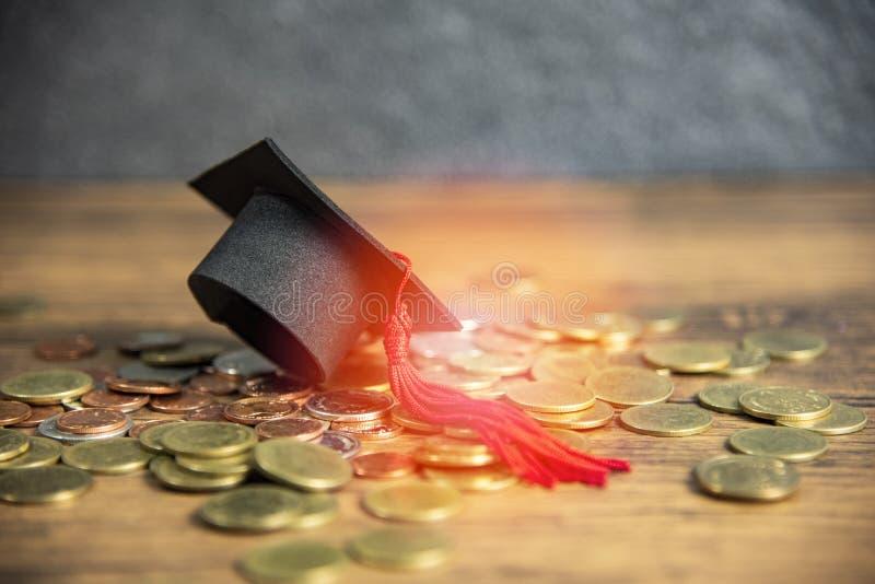 Beca para el casquillo de la graduaci?n del concepto de la educaci?n en la tabla de madera de la moneda del dinero imágenes de archivo libres de regalías