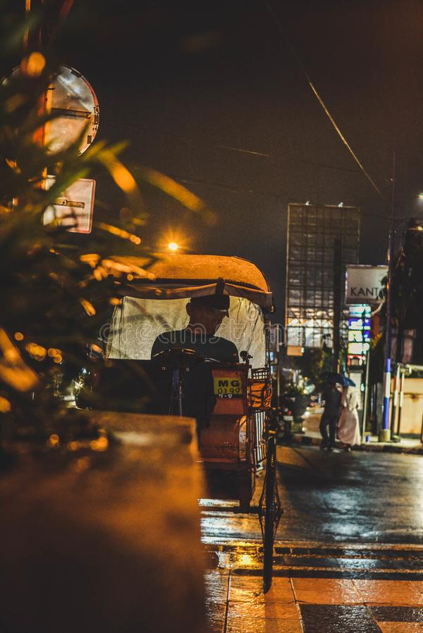 Becak, rickshaw eller pedicab i Indonesien royaltyfria foton