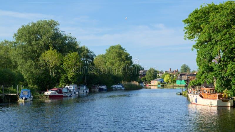 BECCLES, SUFFOLK/UK - 23 DE MAYO: Barcos en el río Waveney en el Bec imagen de archivo libre de regalías