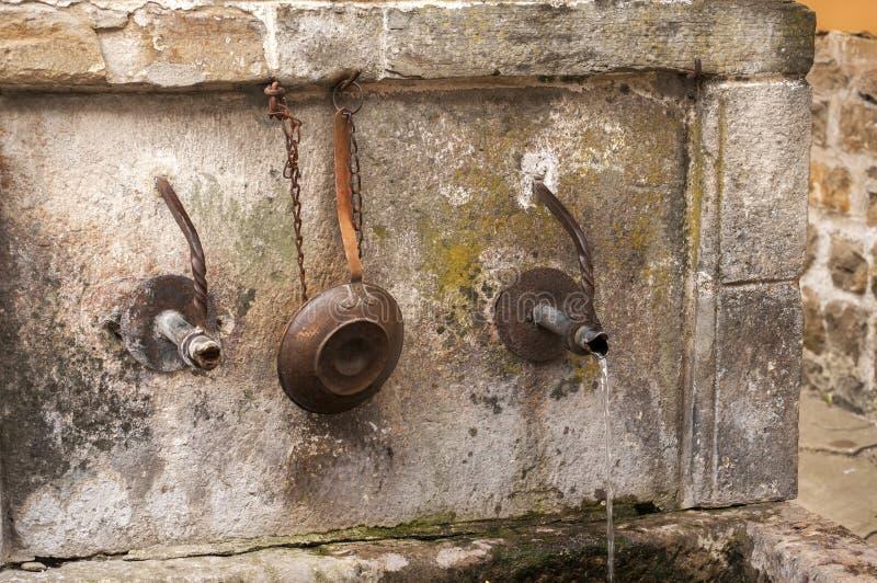 Becco di vecchia fontana di pietra immagine stock libera da diritti