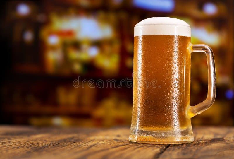 Becher Bier stockbilder