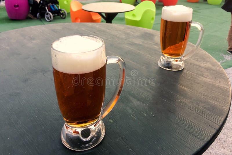 Becher Bier auf dem Tisch lizenzfreies stockbild