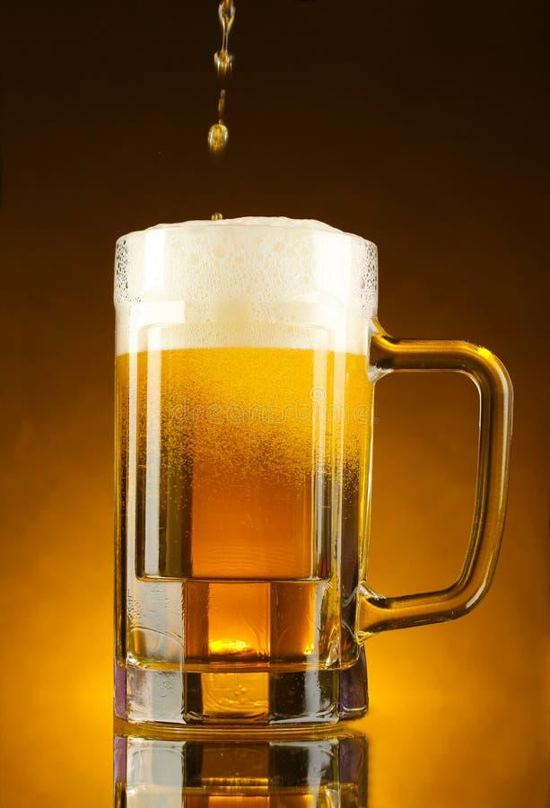 Becher Bier auf Gelb stockfoto