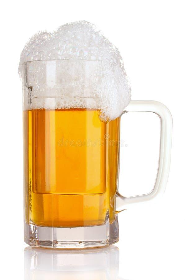 Becher Bier getrennt lizenzfreie stockbilder