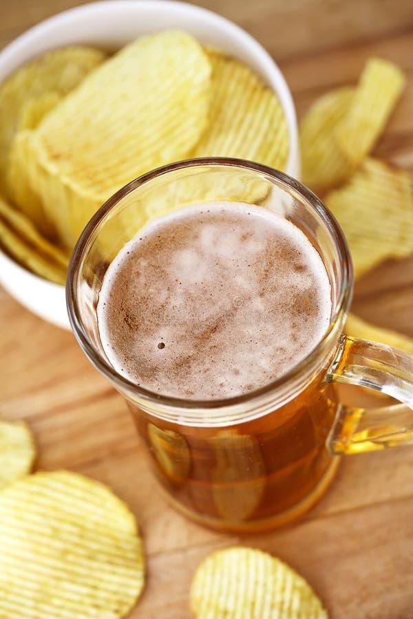 Becher Bier- und Ofenkartoffelchips lizenzfreies stockfoto