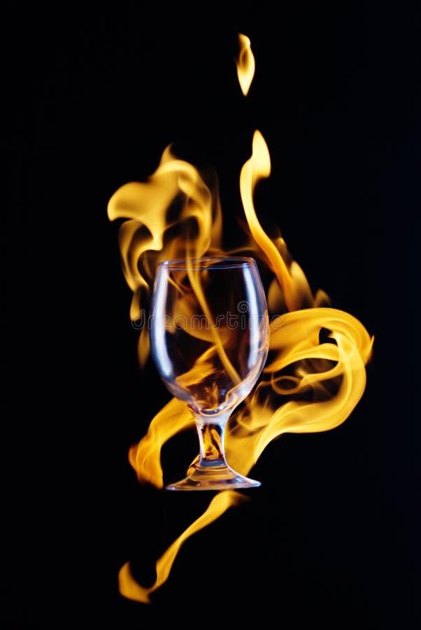 Becher in der Flamme stockfotos