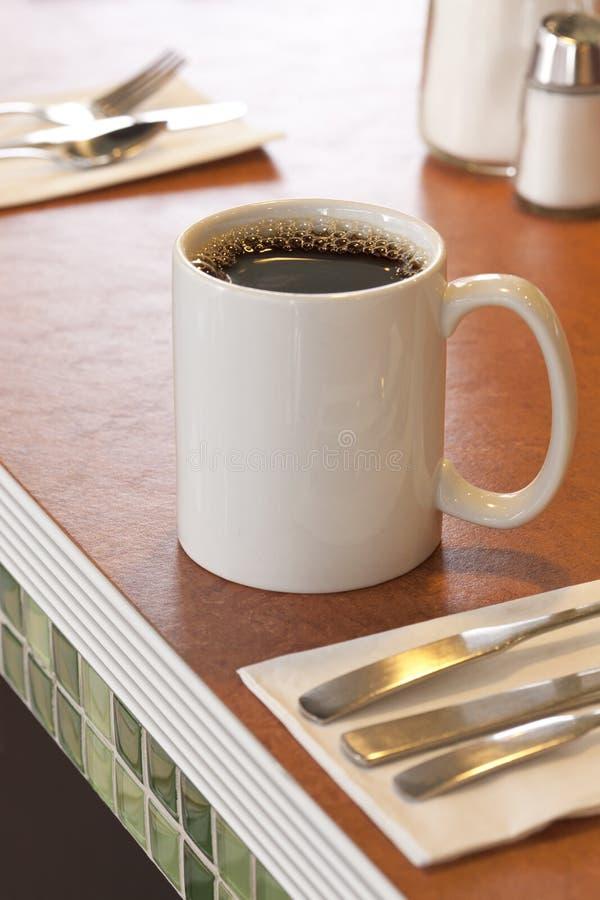 Becher heißer schwarzer Kaffee auf Zähler im typischen im amerikanischen Stil Restaurant stockbild