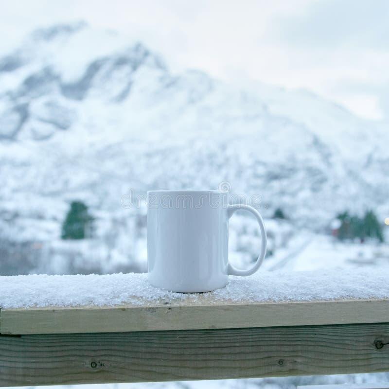 Becher im Schnee stockfoto