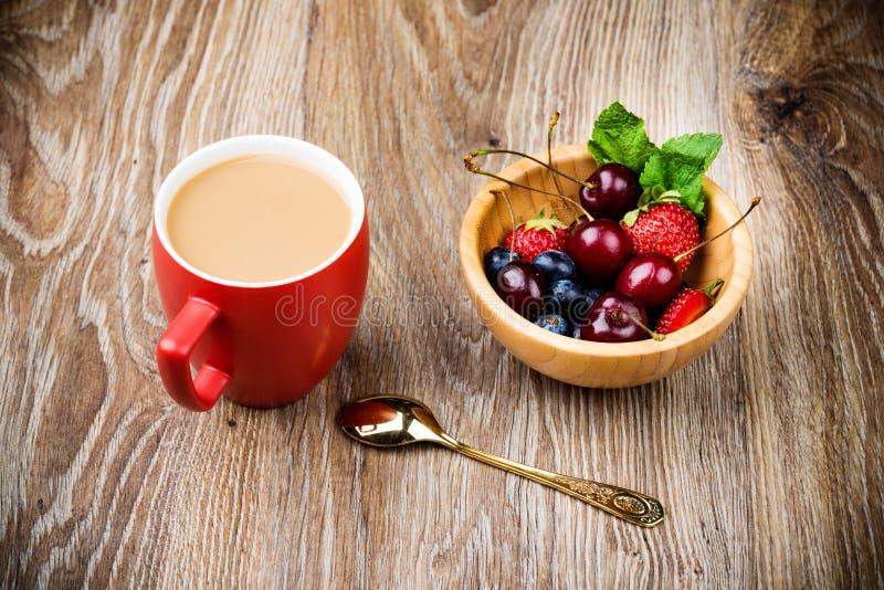 Becher Kaffee und Beeren lizenzfreies stockbild